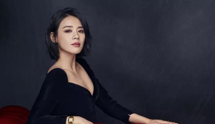 马思纯演绎Cartier猎豹腕表大片 黑色深V上衣+金色腕表性感奢华